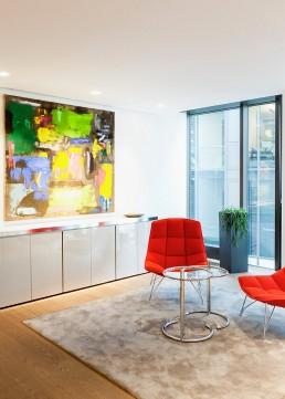 abstraktes Gemälde in modernem Büro