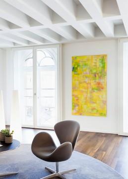 gelbes Gemälde in schönem Büro