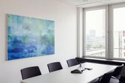 Konferenzraum mit blauem Bild