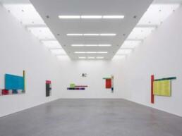 Kunstwerke in großer Galerie
