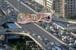 Kunstwerk auf Autobahnkreuz von oben