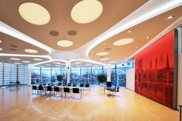 rotes Fotokunstwerk in Konferenzsaal