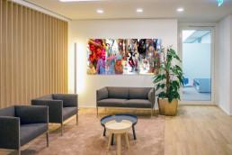 buntes Kunstwerk in elegantem Büro
