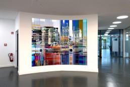 Eingangshalle mit gebogenem Fotokunstwerk