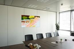 gelbes Gemälde in Sitzungsraum